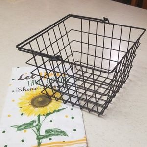 Farmhouse wire basket with handle